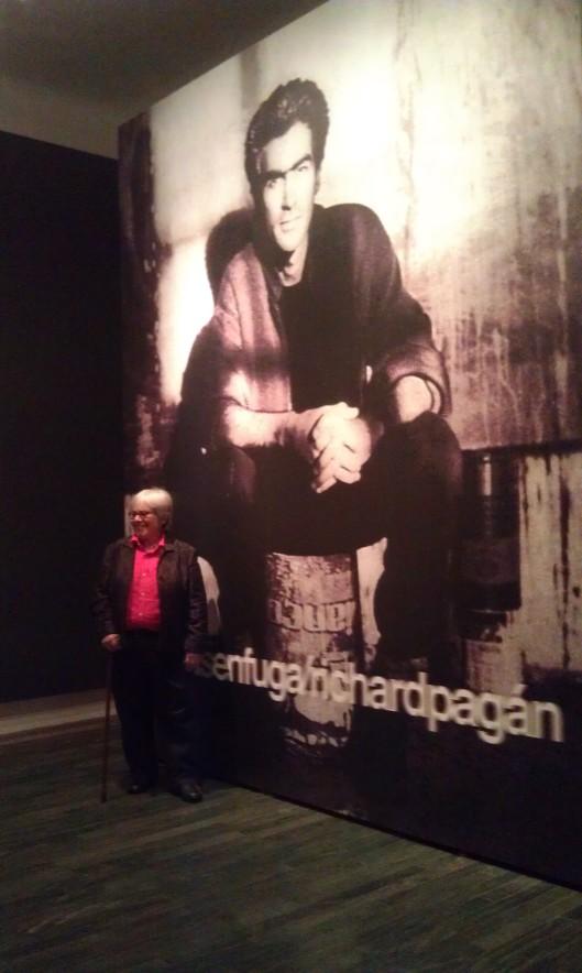 """Lilliana Ramos Collado en la galería de entrada a la exhibición """"richardpagán/figurasenfuga"""" (2012), en el Museo de Arte Contemporáneo de Puerto Rico. Foto: Neysa Jordán."""