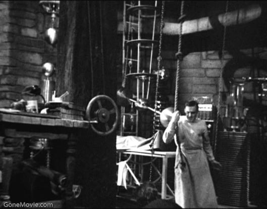 "Colin Clive (Dr. Henry Frankenstein, en el filme de 1931) en su ""workshop of filthy creation""."