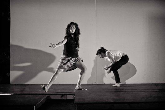 """Cristina Lugo y Beatriz Irizarry en """"Madurándose"""". Coreografía del Error, Conducta de Viveca Vázquez, Museo de Arte Contemporáneo de Puerto Rico. Foto de Antonio Ramírez Aponte (2013)"""